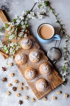 バナナとバニラの米粉とホットチョコレートのマグカップの焼きたてのカップケーキ。ホットチョコレートとカップケーキの美味しい爽やかな朝食