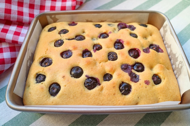 베이킹 팬에 신선한 구운 수제 블루베리 케이크