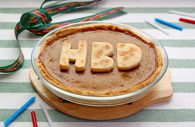 Свежеиспеченный домашний тыквенный пирог с алфавитом hbd на день рождения