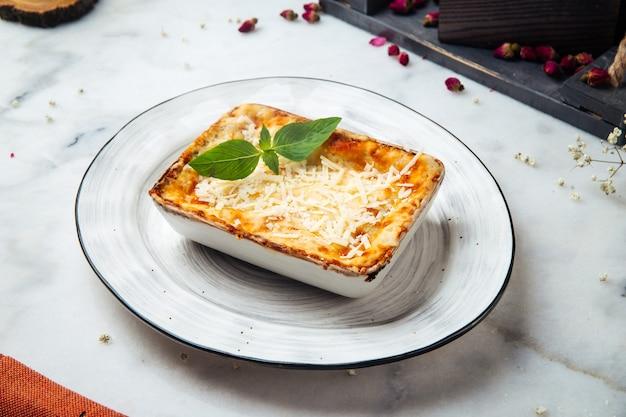 테이블에 신선한 구운 이탈리아 라자냐 캐서롤