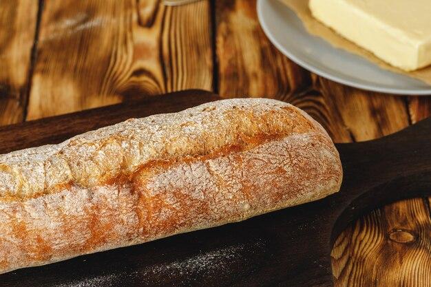 焼きたてのパンとバターバー