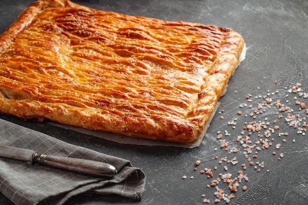 Свежевыпеченный пирог с говядиной и картофельной начинкой