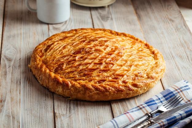 Свежевыпеченный пирог с начинкой из говядины и тыквы