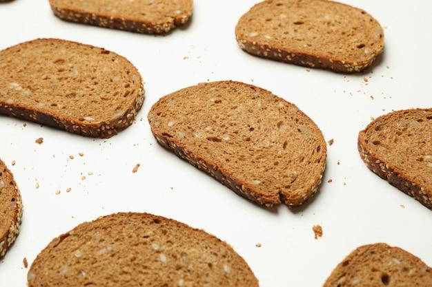 화이트에 신선한 구운 호밀 빵 조각