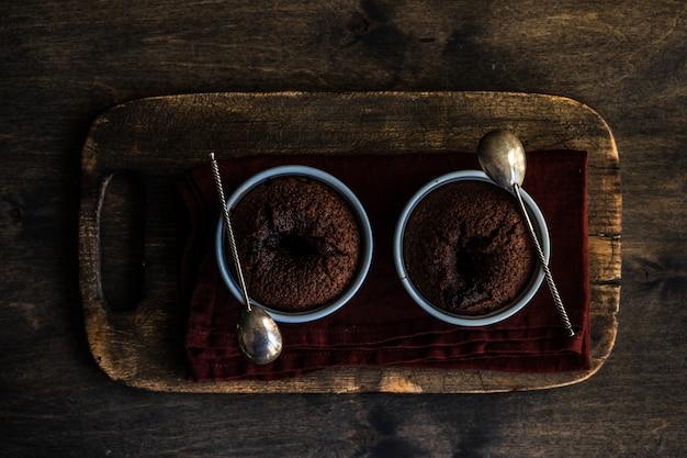 Свежая выпечка шоколадный торт с помадкой подается в миске
