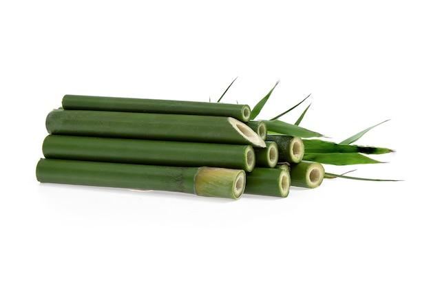 Свежий бамбук и зеленые листья изолированы на белой поверхности