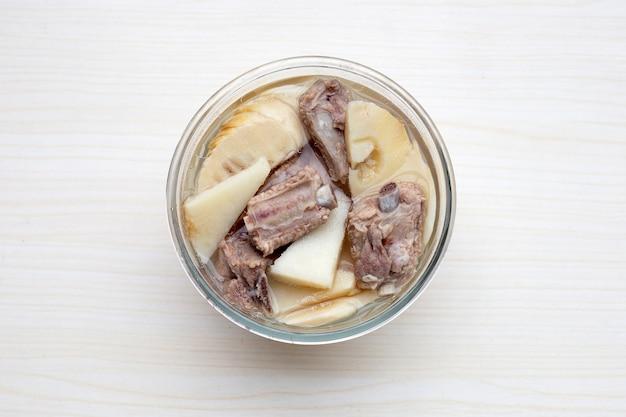 新鮮なタケノコと豚カルビのスープ