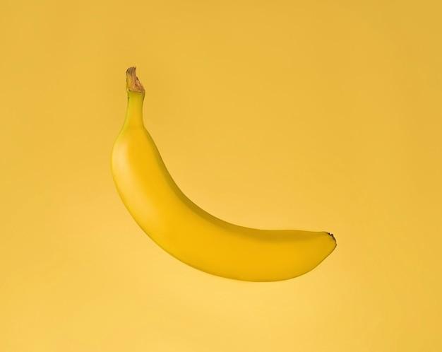 노란색 배경 위에 절연 신선한 바나나