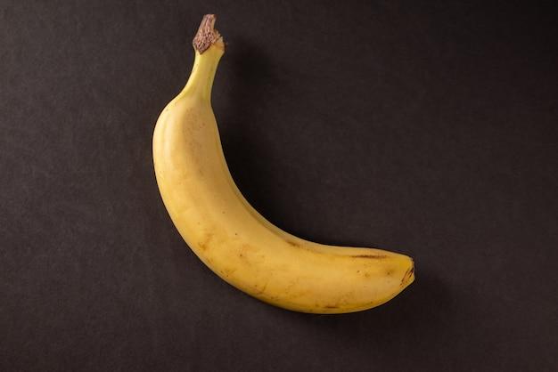 黒の背景に新鮮なバナナ