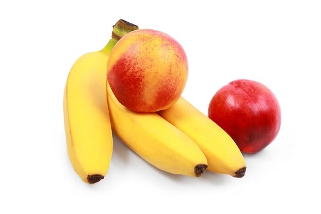 흰색 바탕에 신선한 바나나와 복숭아 흰색으로 분리된 복숭아와 바나나 - 채식주의자 건강 식품