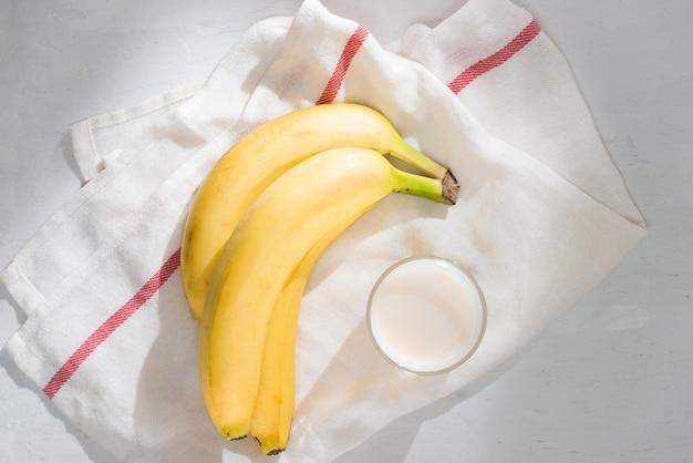 Свежие бананы на фоне ткани