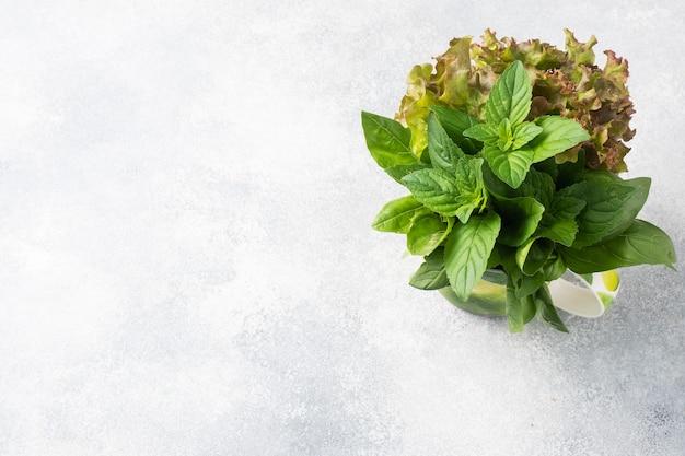 新鮮なバジルの葉、ミント、レタス。香りのよいハーブとスパイスの花束。スペースをコピーします。