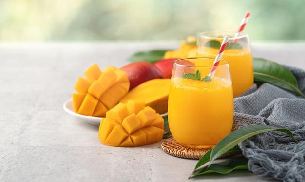 Свежий красивый вкусный сок манго