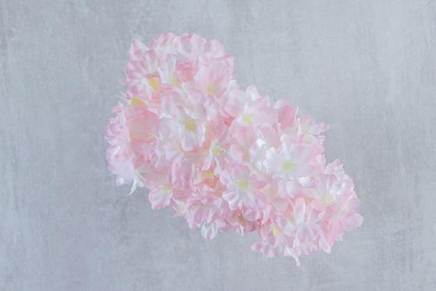 흰색 배경에 있는 용기에 있는 신선한 아름다운 향기 꽃. 고품질 사진