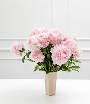 꽃병에 신선한 아름 다운 모란 꽃