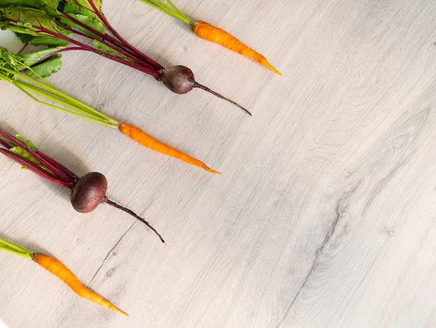 신선하고 아름다운 씻어 사탕무와 당근 레이아웃