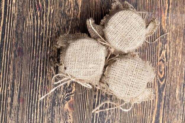ガラスの瓶に詰められた新鮮な蜂の蜂蜜、ガラス製の蜂蜜の瓶は、蓋とリネンの布で覆われています