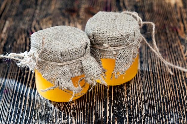 ガラスの瓶に詰められた新鮮なミツバチの蜂蜜