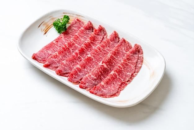 Свежая говяжья вырезка с мраморной текстурой, подается к сукияки и шабу или якинику