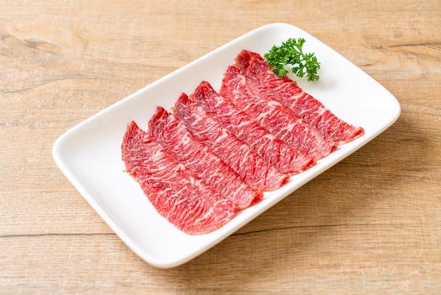 すき焼きとしゃぶまたは焼肉に、大理石の食感でスライスした新鮮な牛肉をお召し上がりいただけます