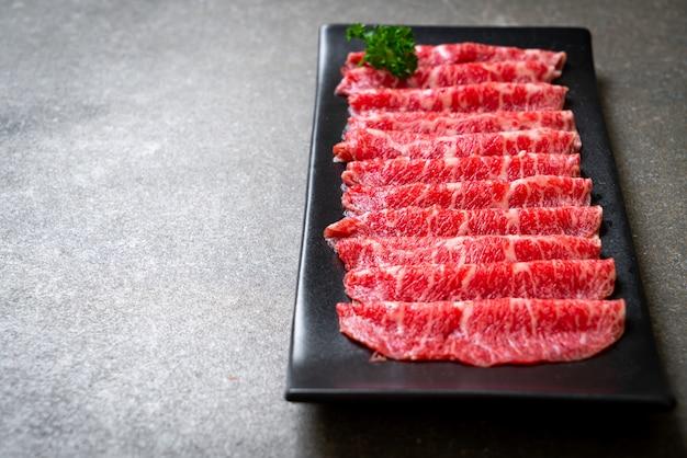 霜降りのテクスチャーでスライスした新鮮な牛肉