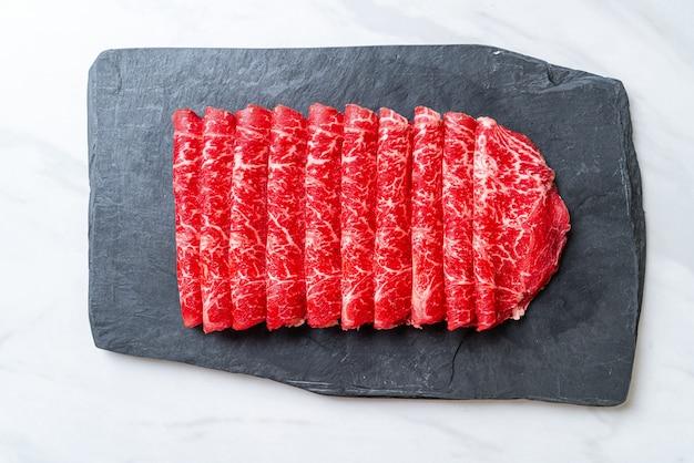 대리석 질감으로 얇게 썬 신선한 쇠고기