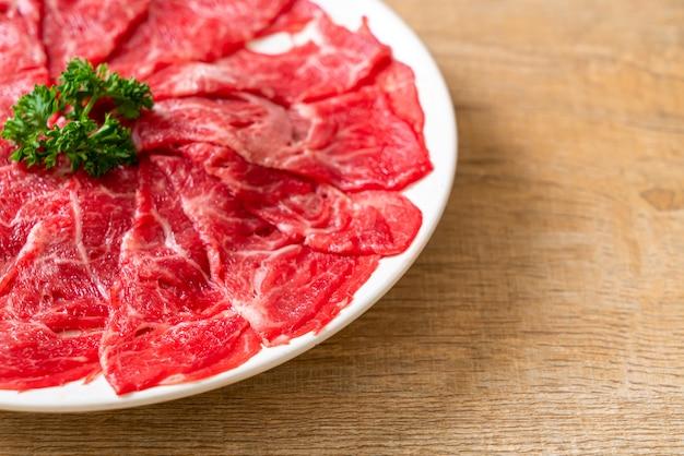 霜降りのテクスチャでスライスした新鮮な牛肉