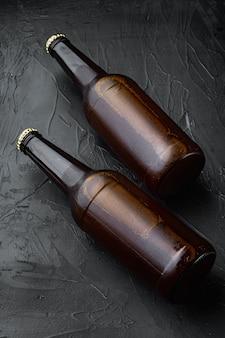 黒い石の上に、ガラス瓶セットの新鮮なビール