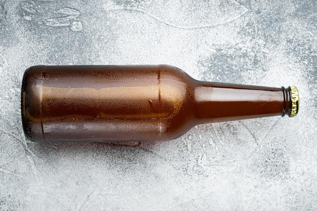 ガラス瓶セットの新鮮なビール、灰色の石の上、平面図フラットレイ