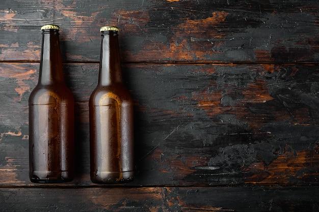 유리 병 세트, 오래 된 어두운 나무 테이블에 신선한 맥주