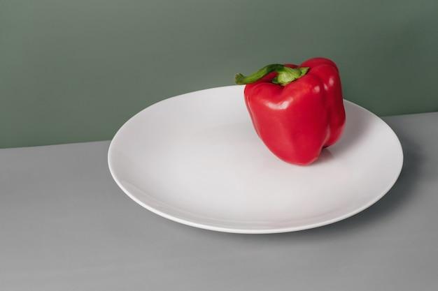 Свежий болгарский перец на тарелке