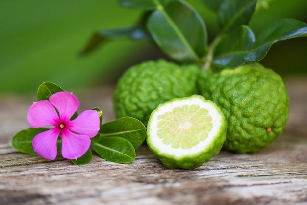 Свежие фрукты бергамота, лайм кафр, цитрусовые бергамия с листьями на деревянном