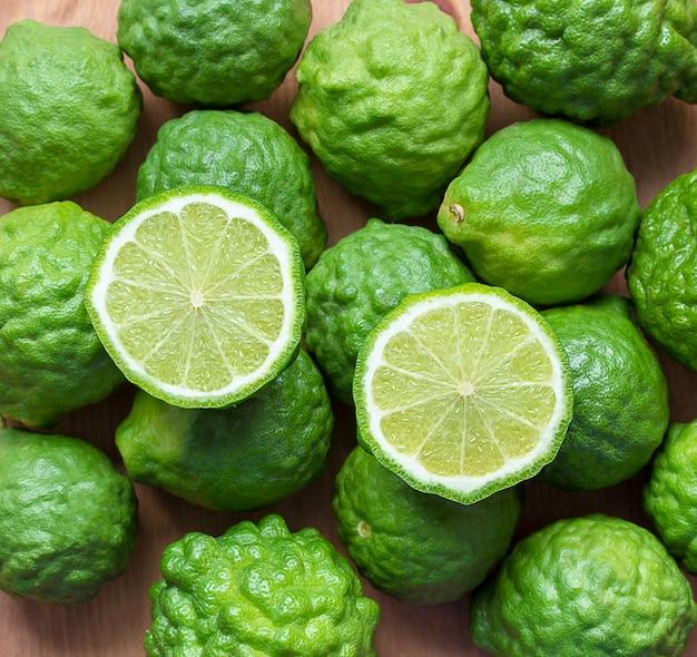 나무 테이블에 신선한 bergamot 과일, 근접 촬영 bergamot 텍스처