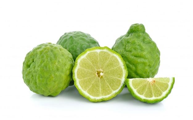 Свежие фрукты бергамота с листьями, изолированные на белом фоне
