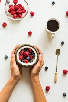 Свежие ягоды и кокос и чашка кофе