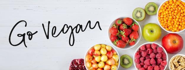 白い木の上の新鮮なベリー、果物、ナッツ Premium写真