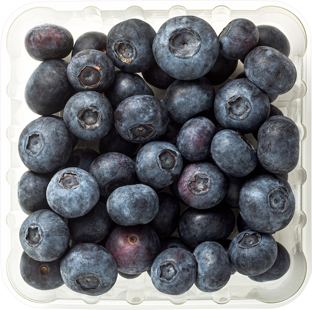 白で隔離されるプラスチック包装で新鮮な果実