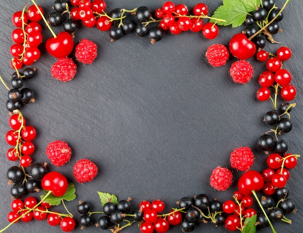 チェリー、ラズベリー、赤スグリ、黒スグリの新鮮な果実