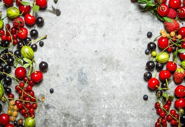 Свежие ягоды на старом камне