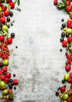 Свежие ягоды на каменном фоне.
