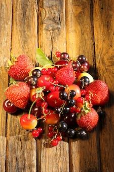 오래 된 복고풍 나무 배경에 신선한 딸기