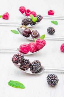 흰색 대리석 테이블에 강철 숟가락에 신선한 딸기