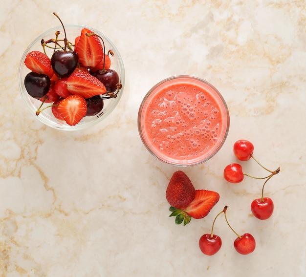 Свежие ягоды - клубника и вишня на мраморе