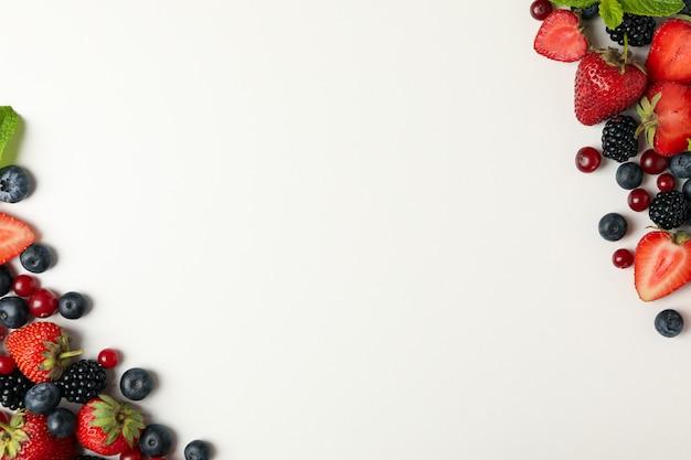 分離したミントの葉と新鮮な果実