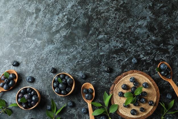 블랙 스모키 테이블에 블루 베리와 신선한 베리 개념
