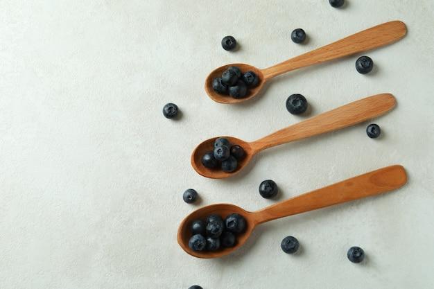 白いテーブルにブルーベリーと新鮮なベリーのコンセプト