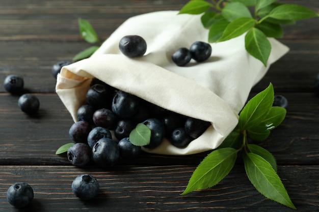 木製のテーブルにブルーベリーと新鮮なベリーのコンセプト