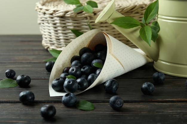 Концепция свежих ягод с черникой на деревянном столе
