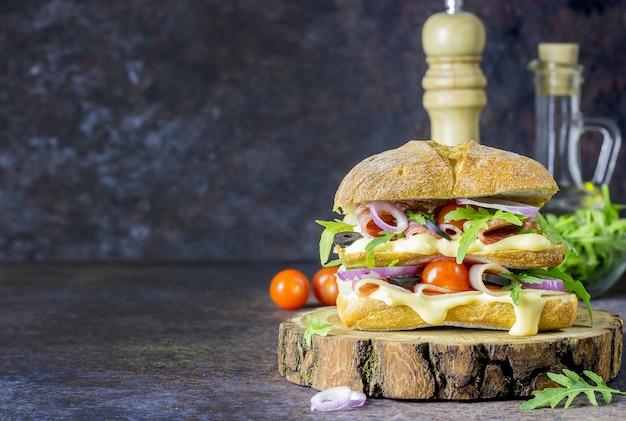 生ハムを詰めた新鮮な大きなチャバタサンドイッチ