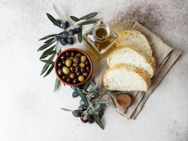 Свежие черные и зеленые оливки и оливковое масло. вид сверху